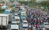 Người dân rời TP.HCM nghỉ lễ, giao thông cửa ngõ ùn ứ