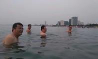 Lãnh đạo Đà Nẵng tắm biển để chứng minh nước không nhiễm độc