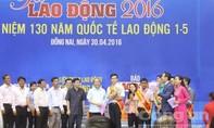 Thủ tướng Nguyễn Xuân Phúc trao quà cho công nhân tại tỉnh Đồng Nai