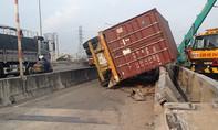 Thùng xe container lật chắn ngang cầu Phú Mỹ