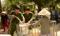 Công an Bến Tre hỗ trợ nước ngọt cho người dân vùng nhiễm mặn