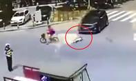 Xe ô tô cán em bé rớt từ xe đạp điện xuống đường