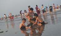 Nghệ An: Hàng ngàn người tắm kín bãi biển Diễn Thành