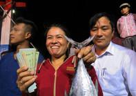 Bộ trưởng Trương Minh Tuấn mua, ăn cá ở bờ biển Quảng Bình