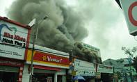 Khói lửa bao trùm gara ô tô trong khu dân cư ở TP.HCM