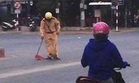 Hình ảnh người CSGT quét rác trên đường lay động cư dân mạng