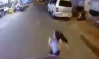 Clip: Người lái xe máy ăn đòn vì quẹt trúng bé gái 6 tuổi bất ngờ chạy ra đường