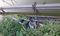 Phát hiện tử thi cùng xe máy dưới hồ đã phân hủy