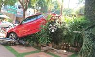 Gây tai nạn liên hoàn, xế hộp nằm lơ lửng trên hàng cây