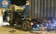 Container húc văng 20m dải phân cách, tông sập mái hiên nhà dân