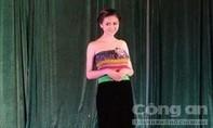 """Dự thi bằng trang phục dân tộc Thái """"không có áo"""""""