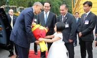 Bé gái lớp 1 vinh dự tặng hoa cho Tổng thống Obama tại Phủ Chủ tịch