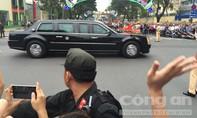 Đoàn xe tổng thống Obama di chuyển trong dòng người chào đón