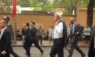 Ngoại trưởng Mỹ tản bộ, vẫy tay chào người dân TP.HCM