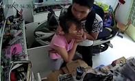 Dí dao vào cổ cướp điện thoại iPhone giữa ban ngày ở Sài Gòn