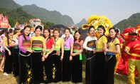"""Trang phục dân tộc Thái """"không có áo"""": Cách tân hay vứt bỏ?"""