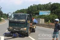 Chạy xe máy ngược chiều bị xe tải cán chết