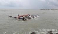 Sóng đánh chìm tàu cá tại cửa biển La Gi