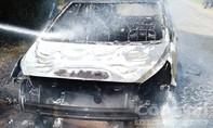 Xe ô tô bất ngờ bốc cháy khi đang lưu thông trên đường