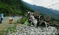 Xe tải lật nhào, 10 người thương vong