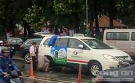 Bánh xe taxi văng ra đường, nhiều hành khách hốt hoảng