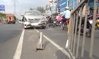 Ô tô húc văng dải phân cách trúng nhiều người đi đường