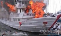 Hạ Long: Cháy tàu du lịch hàng chục du khách nhảy xuống biển thoát thân