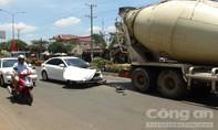 Ra đường bất cẩn, ô tô con bị xe bồn tông nát đầu