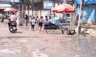 Nước cống xả thải tràn lan ra đường, 'tấn công' người dân