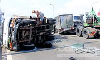 Xe tải bị tông lật ngang trên cầu Rạch Chiếc, tài xế thoát chết