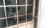 Tên trộm phá cửa phòng trọ cuỗm xe máy lúc sáng sớm