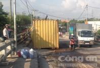 Ôm cua lên cầu tốc độ cao, container lật nhào