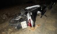 Vừa đi xe vừa xem điện thoại, 1 người bị xe quẹt chấn thương