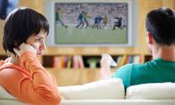 Đảo lộn sinh hoạt, chồng 'bỏ quên' vợ vì mê bóng đá
