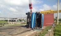 Xe container lật nhào sau khi tông dải phân cách