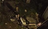 Taxi húc bay lan can cầu chữ Y rơi xuống đất, tài xế nguy kịch