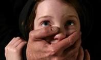 Ông già tóc bạc, rụng răng nhiều lần hiếp dâm bé gái 12 tuổi