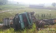 Xe container mất lái lao xuống vệ đường cao tốc Hà Nội - Lào Cai