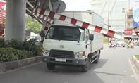 Xe tải gặp nạn, cửa ngõ sân bay Tân Sơn Nhất ùn ứ nghiêm trọng