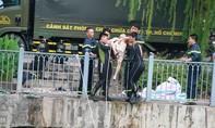 Người đàn ông cởi trần nhảy kênh Nhiêu Lộc tự vẫn