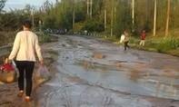Vỡ hồ chứa công trường titan, bùn đỏ tràn ra đường như lũ