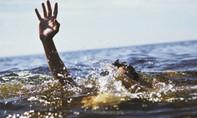Người nhà bàng hoàng phát hiện bé trai nổi lềnh bềnh trong hồ bơi