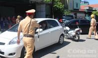 Vi phạm giao thông, nữ tài xế chống đối, ngồi trên xe thách thức