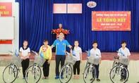 Tặng xe đạp cho học sinh hiếu học