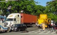 """""""Xế hộp"""" Bentley bị container húc móp đuôi khi dừng đèn đỏ."""