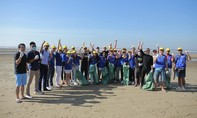 Dàn sao Việt xuống biển nhặt rác