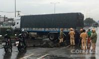 Xe tải tông dải phân cách, cầu vượt Bình Phước bị phong tỏa