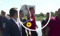 Ronaldo ném micro của phóng viên xuống hồ