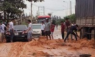 Bùn đỏ tràn xuống đường gây ách tắc giao thông