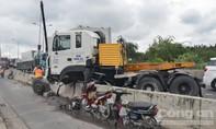 Container lao vào dải phân cách, cầu Phú Mỹ ùn ứ nghiêm trọng